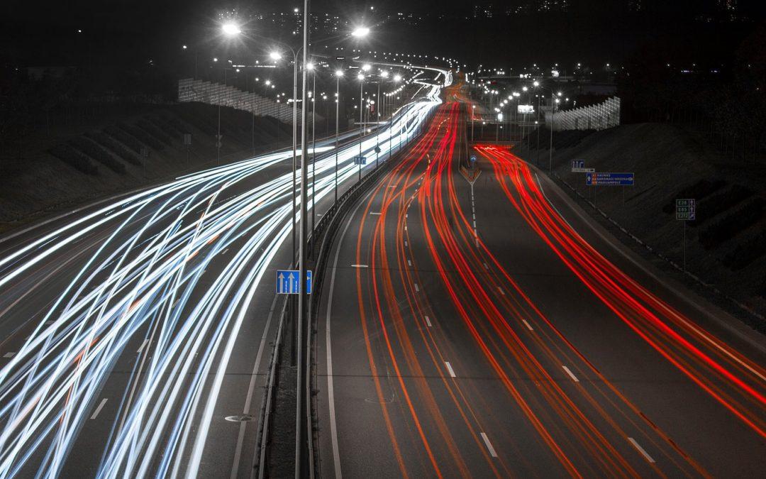 Automobilių šviesų fotografavimas tamsoje